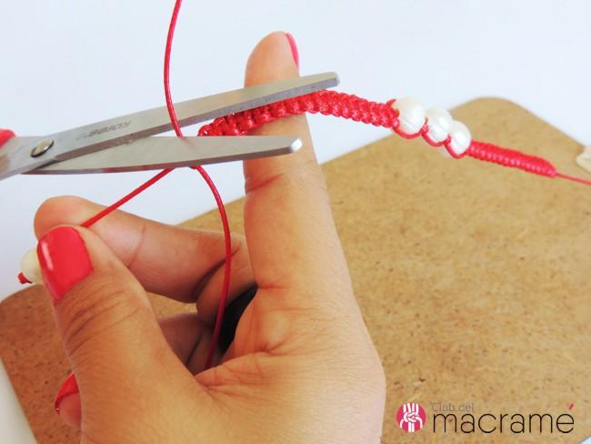 Pulsera de macramé. Cortando los cordones sobrantes