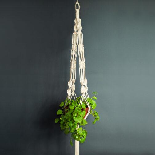 Colgador de plantas hecho en macramé